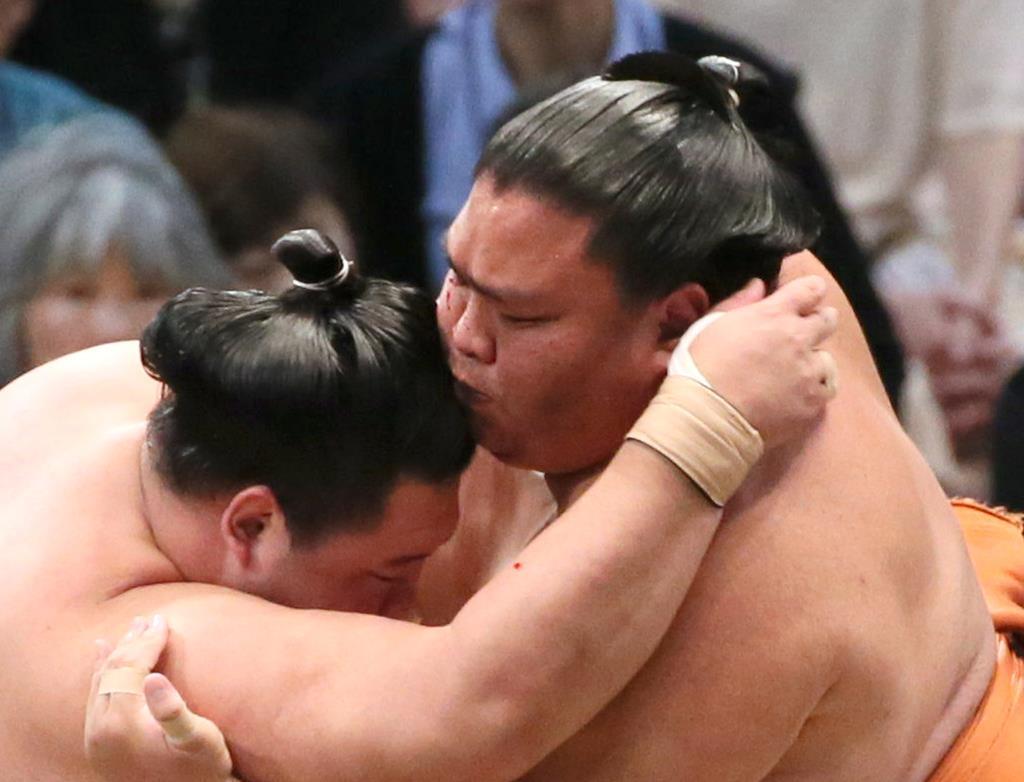 御嶽海、流血しながら勝利つかむ 大相撲九州場所