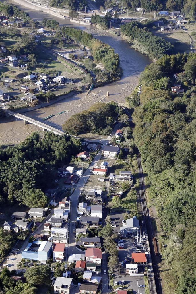 鉄橋が崩れ落ちるなどした久慈川=13日午後、茨城県大子町(共同通信社ヘリから)