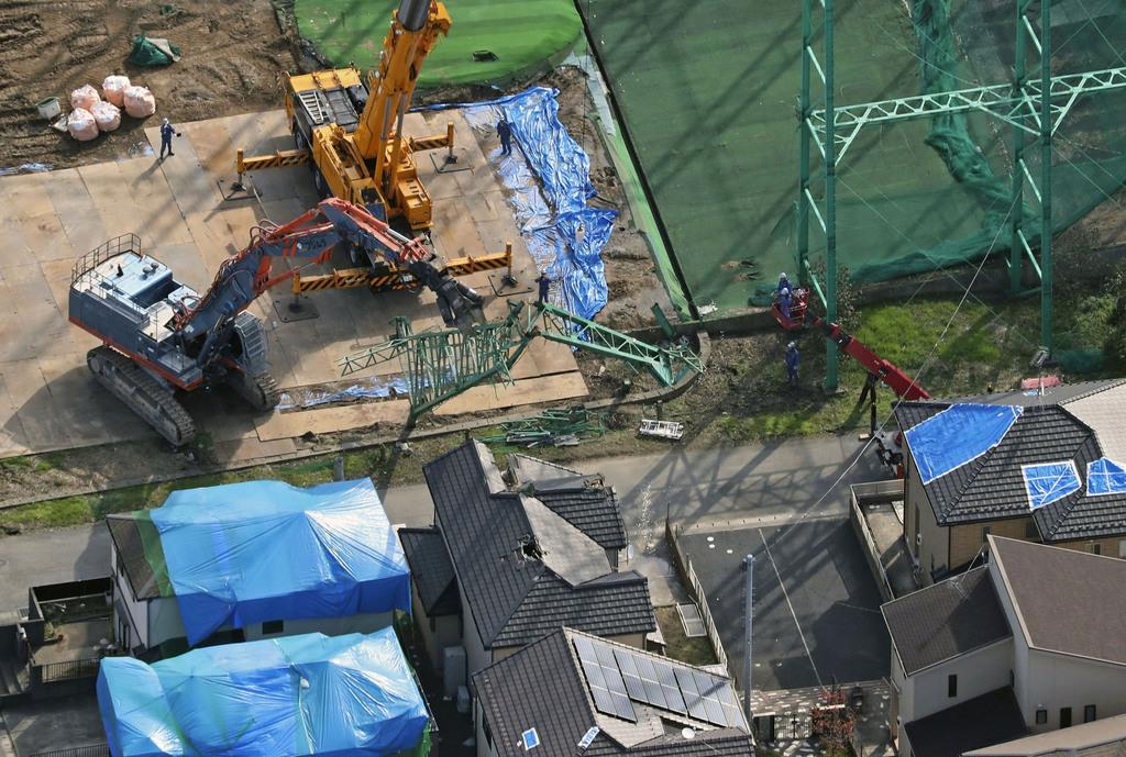 台風15号の影響で倒壊したゴルフ練習場の鉄柱の撤去作業=13日、千葉県市原市(共同通信社ヘリから)