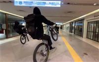 大阪・難波の商業施設で自転車が集団暴走