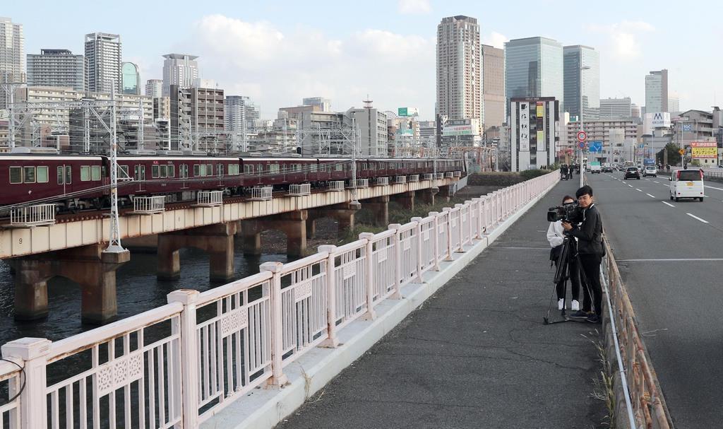護送中の車から逃走した、大植良太郎被告が身柄を確保されたと思われる現場付近=11日午後、大阪市の十三大橋(寺口純平撮影)