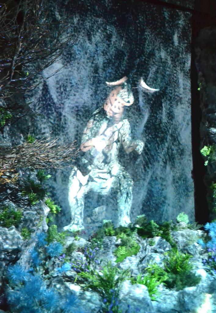 「かいじゅうのすみか体感エンターテイメント」内部に展示されているエレキング=11月6日、東京都文京区(兼松康撮影)