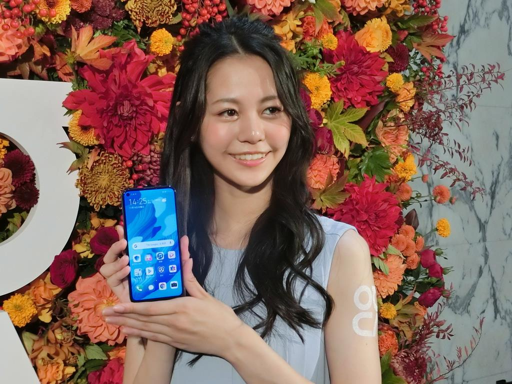 ファーウェイ日本法人が29日に発売するスマホの新商品「HUAWEI nova 5T」=14日、東京都港区(井田通人撮影)