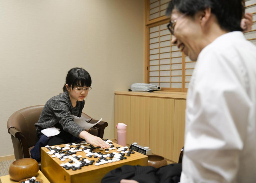 囲碁の本因坊戦予選Cで宇谷俊太二段(右)を破り、対局を振り返る仲邑菫初段=14日午後、大阪市の日本棋院関西総本部
