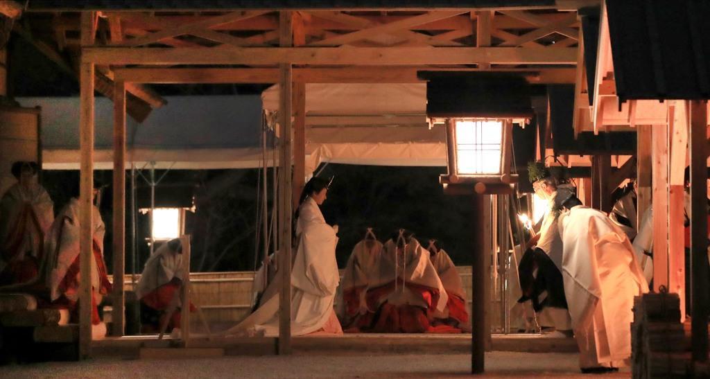 皇位継承儀式「大嘗祭」が行われる大嘗宮で、帳殿へ向かわれる皇后さま=14日午後6時32分、皇居・東御苑(代表撮影)