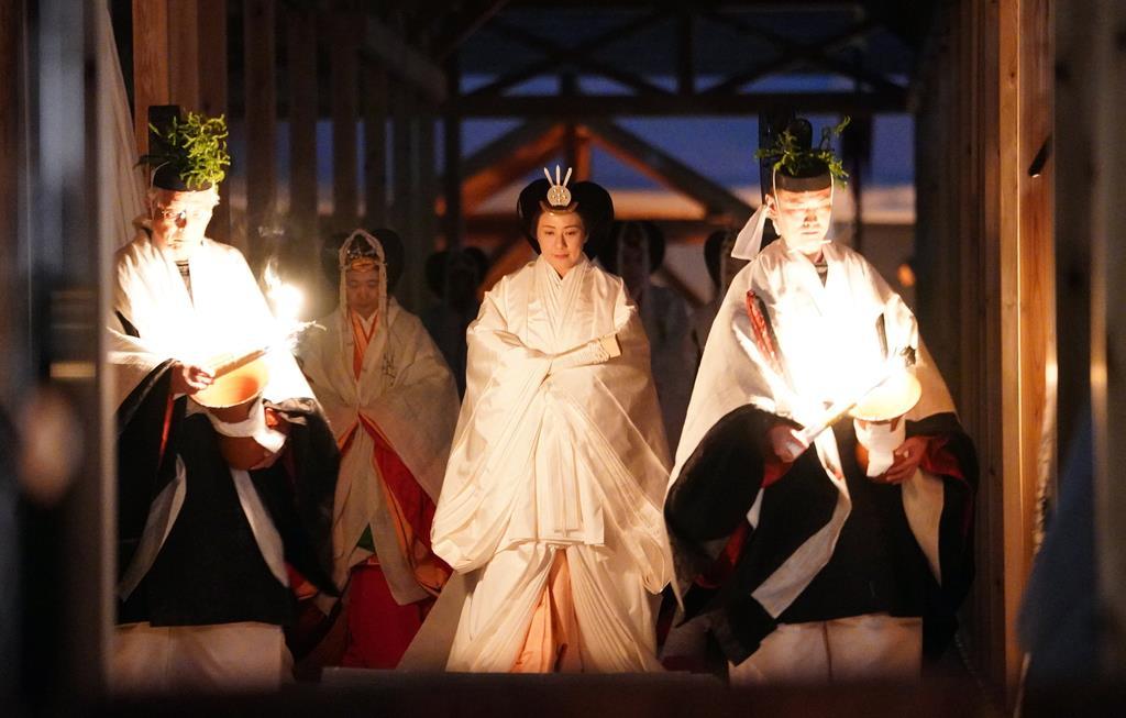「大嘗宮の儀」が行われ、帳殿に向かわれる皇后さま=14日午後6時38分、皇居・東御苑(古厩正樹撮影)