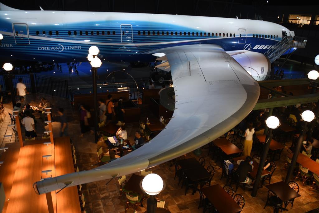翼の下には食事の取れるテラス席が設けられている