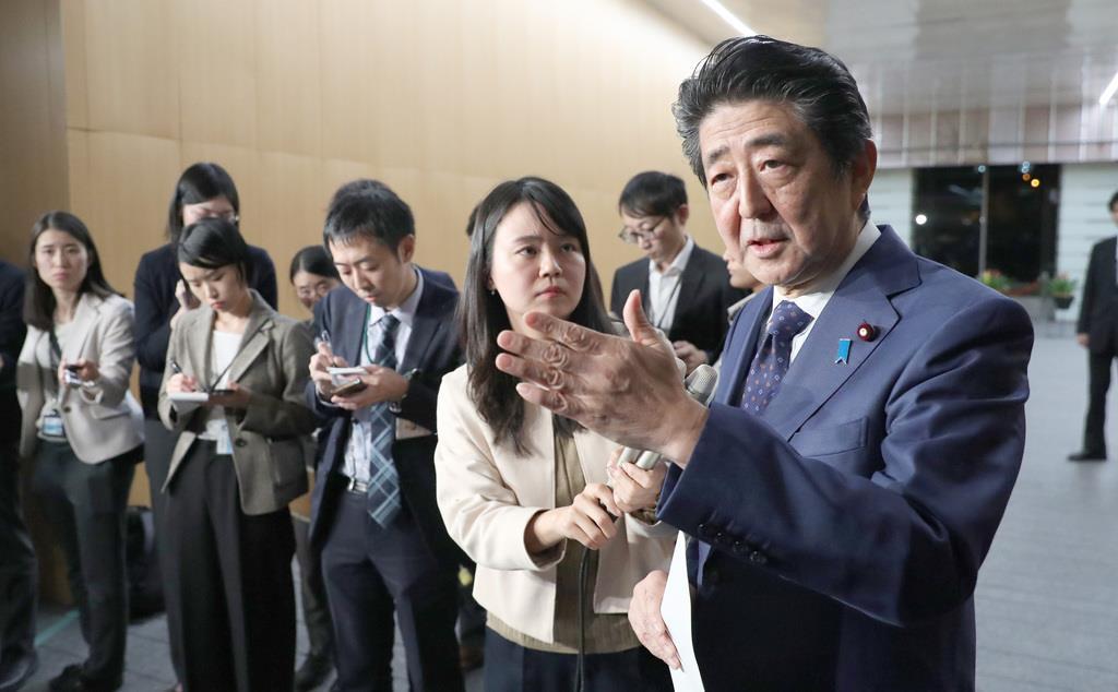 桜を見る会について安倍晋三首相は記者団の質問に答えた=15日午後、首相官邸(春名中撮影)