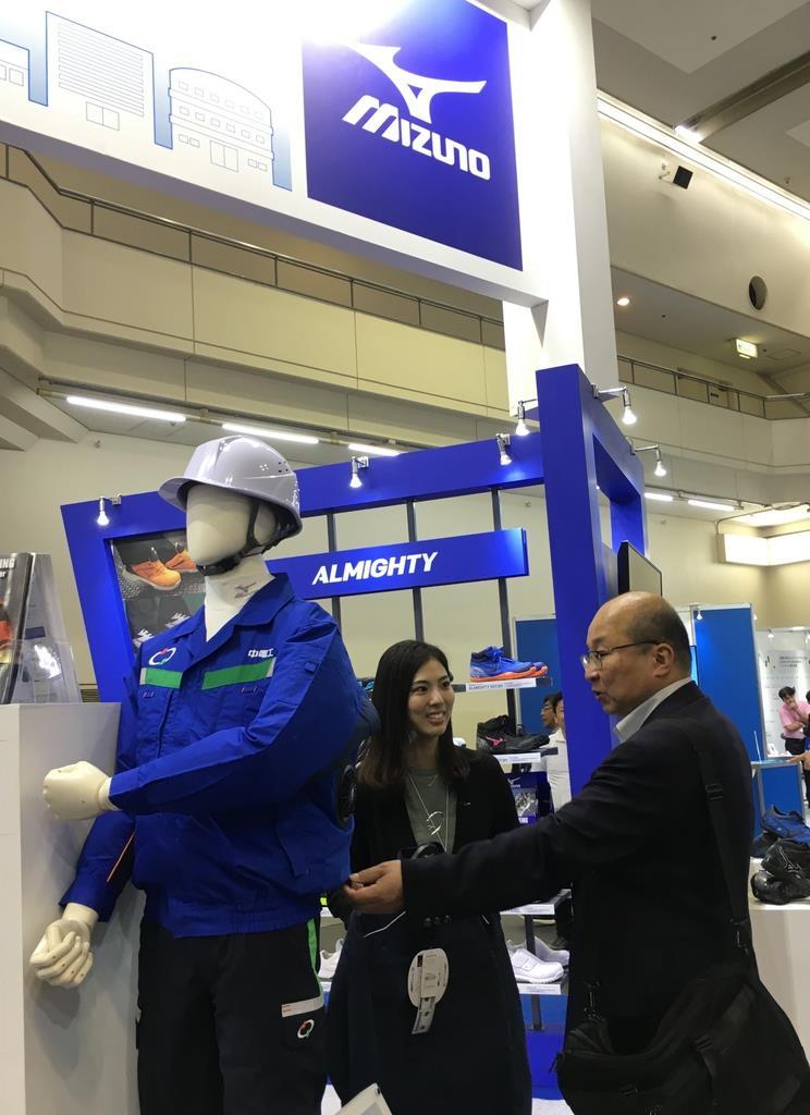 安全衛生用品「緑十字展」の会場でワークユニホームが紹介されたミズノの展示ブース=10月23日、京都市
