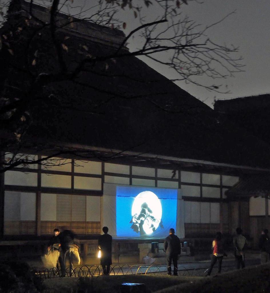 特設スクリーンに映し出された伝説「字降松」の切り絵アニメーション=足利市昌平町の史跡足利学校
