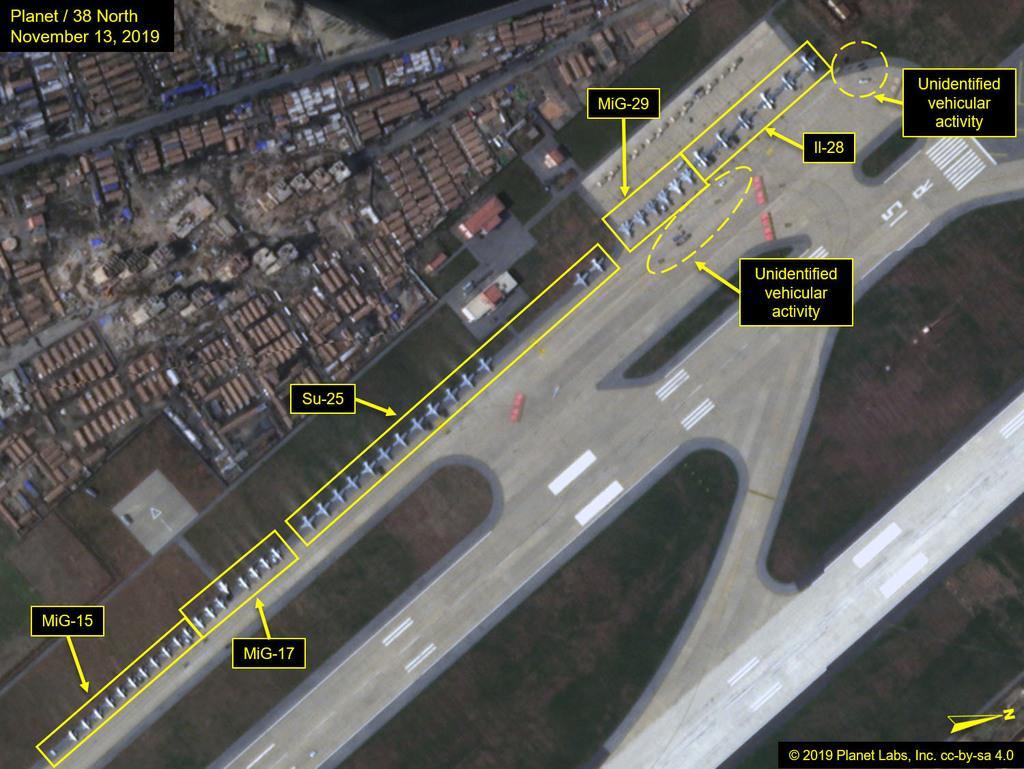 13日に撮影された北朝鮮東部元山の葛麻空港の衛星写真。軍用機が整列しているのが確認できる(プラネット・ラボ/38ノース提供・共同)