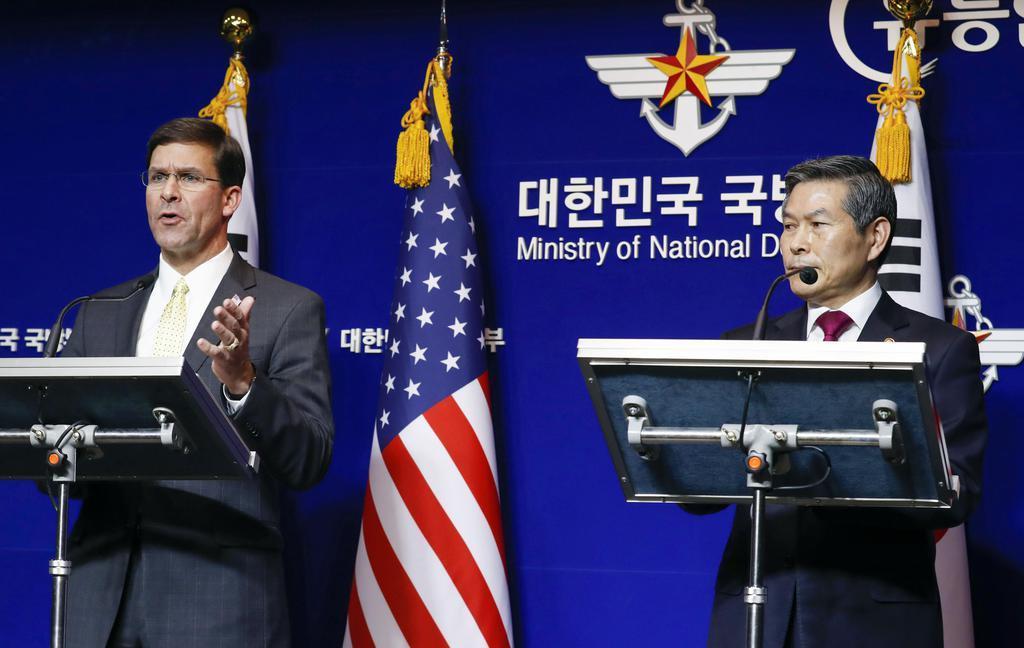 15日、ソウルで共同記者会見するエスパー米国防長官(左)と韓国の鄭景斗国防相(共同)