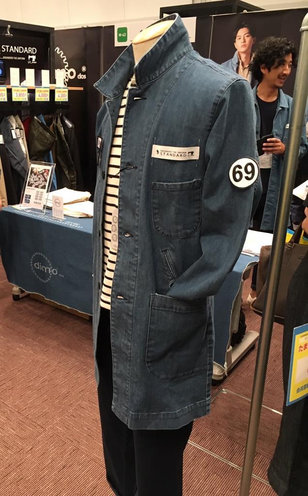 たまゆらフェスタで展示されたデニムを取り入れファッション性を高めた作業服=10月24日、大阪市