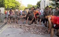 香港中文大から学生撤収 人民解放軍は道路清掃に出動
