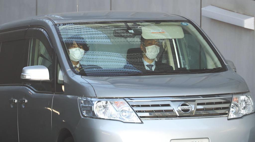 東京湾岸署を出る沢尻エリカ容疑者を乗せた車両=17日午前、東京都江東区(萩原悠久人撮影)