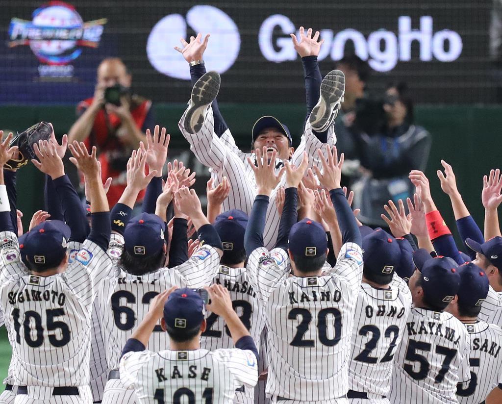野球プレミア12で優勝し、胴上げされる稲葉篤紀監督=11月、東京ドーム(福島範和撮影)