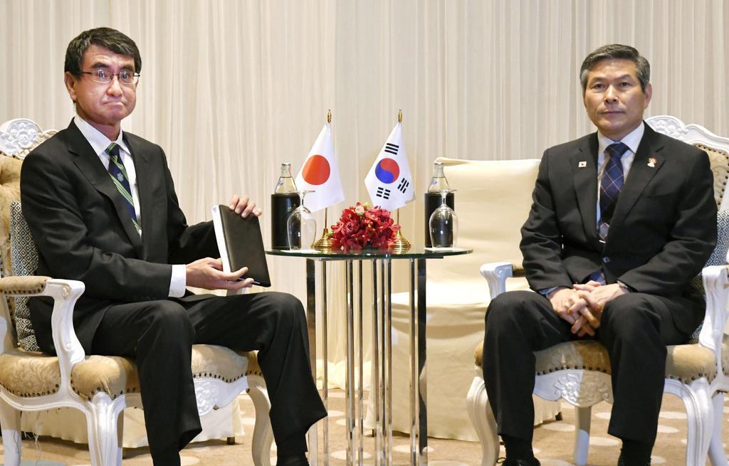 韓国の鄭景斗国防相(右)との会談に臨む河野防衛相=17日、バンコク(共同)
