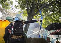 香港理工大で衝突 デモ隊、弓矢で抵抗 警官負傷