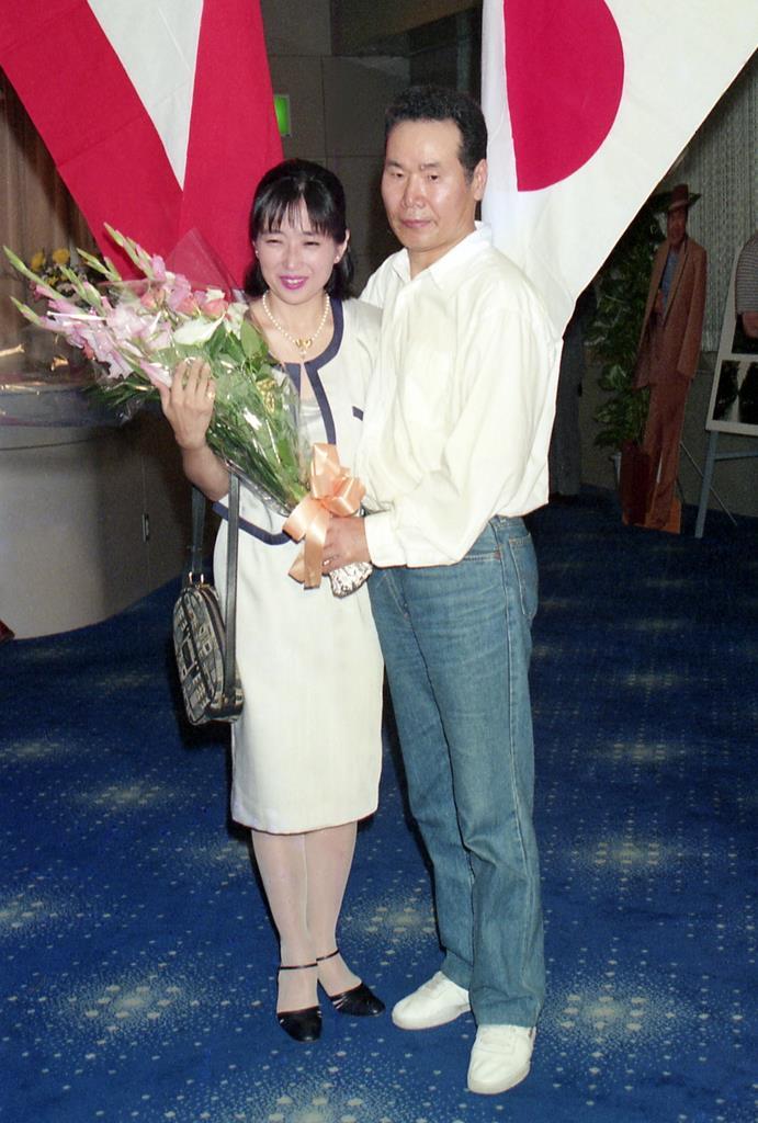 第41作「寅次郎心の旅路」初日舞台あいさつで、撮影に応じるマドンナ役の竹下景子と渥美清=平成元年8月5日、東京・丸の内