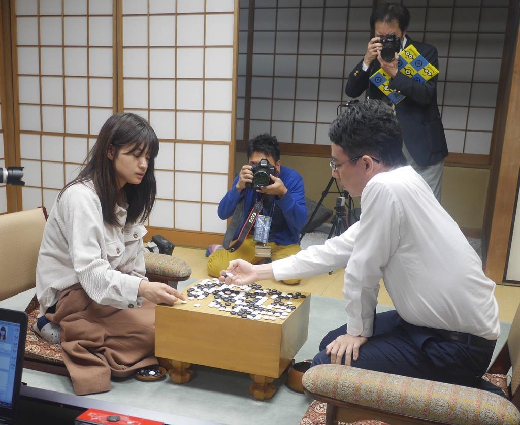 囲碁の第45期名人戦最終予選決勝で敗れた藤沢里菜女流名人は、女性初のリーグ入りを逃した(右は一力遼八段)
