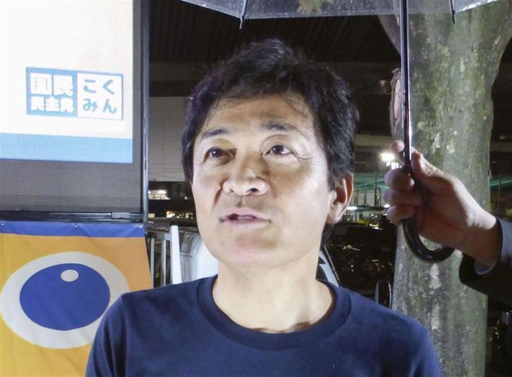記者団の取材に応じる国民民主党の玉木代表=18日午後、大阪市