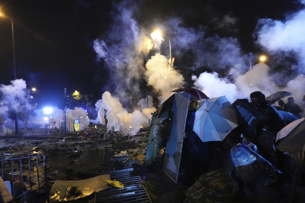 デモ隊が占拠していた香港理工大に突入する警官隊(ロイター)