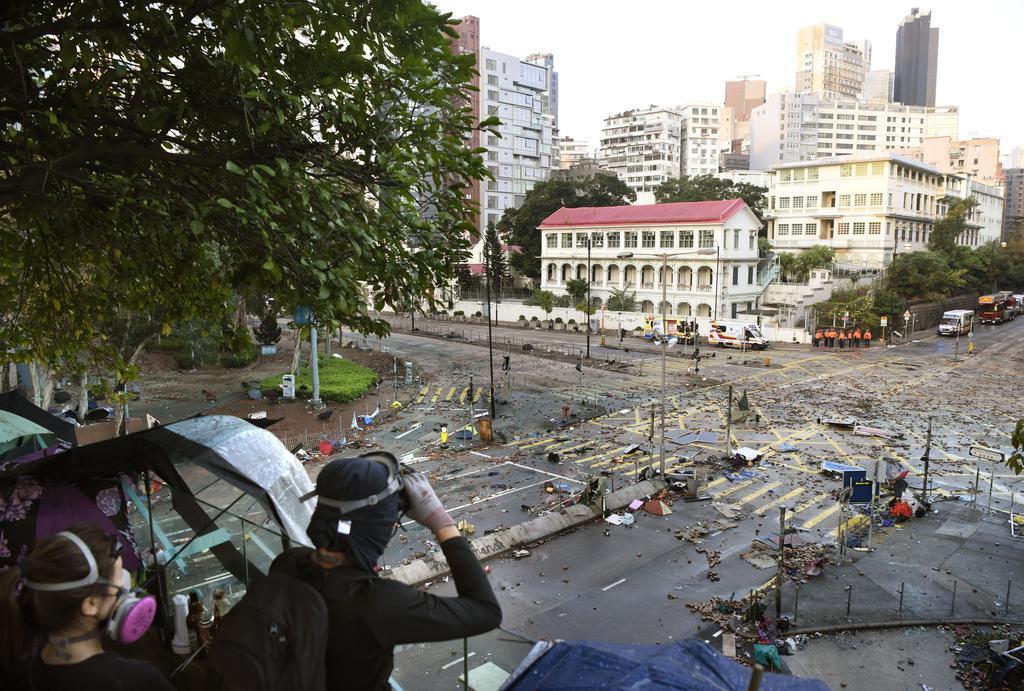 香港理工大で周囲を警戒する若者たち=18日、香港(共同)