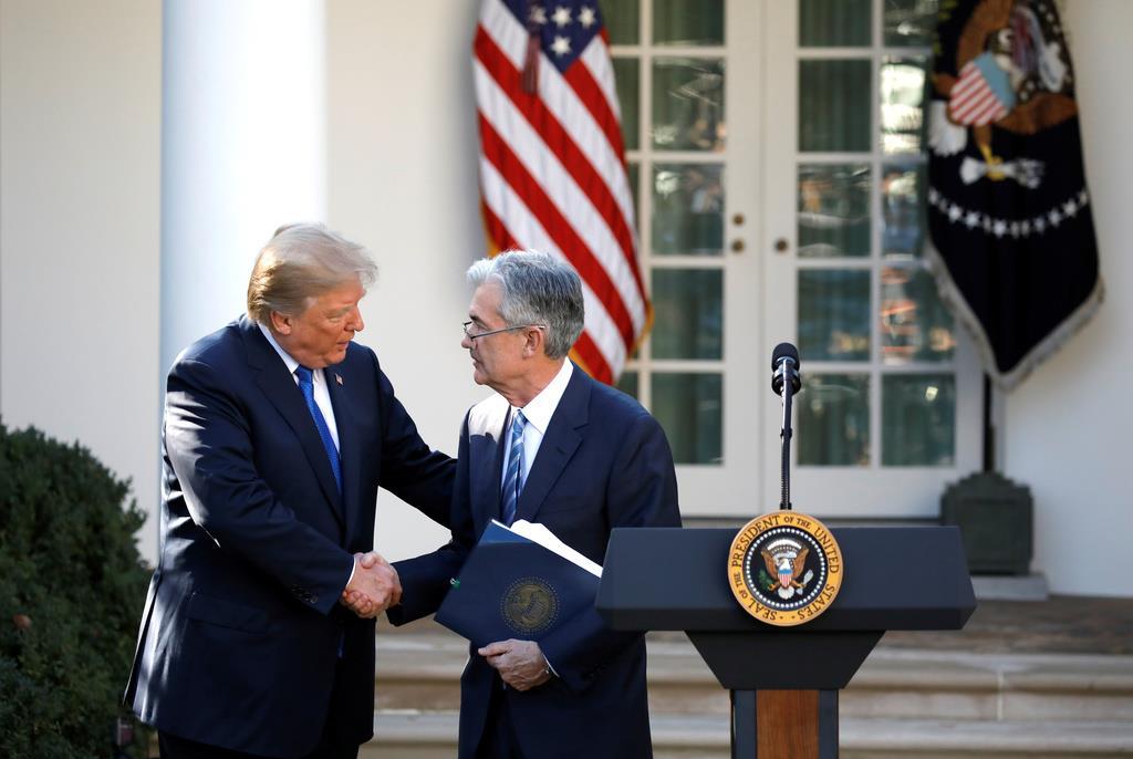 トランプ米大統領(左)と米連邦準備制度理事会(FRB)のパウエル議長=2017年11月