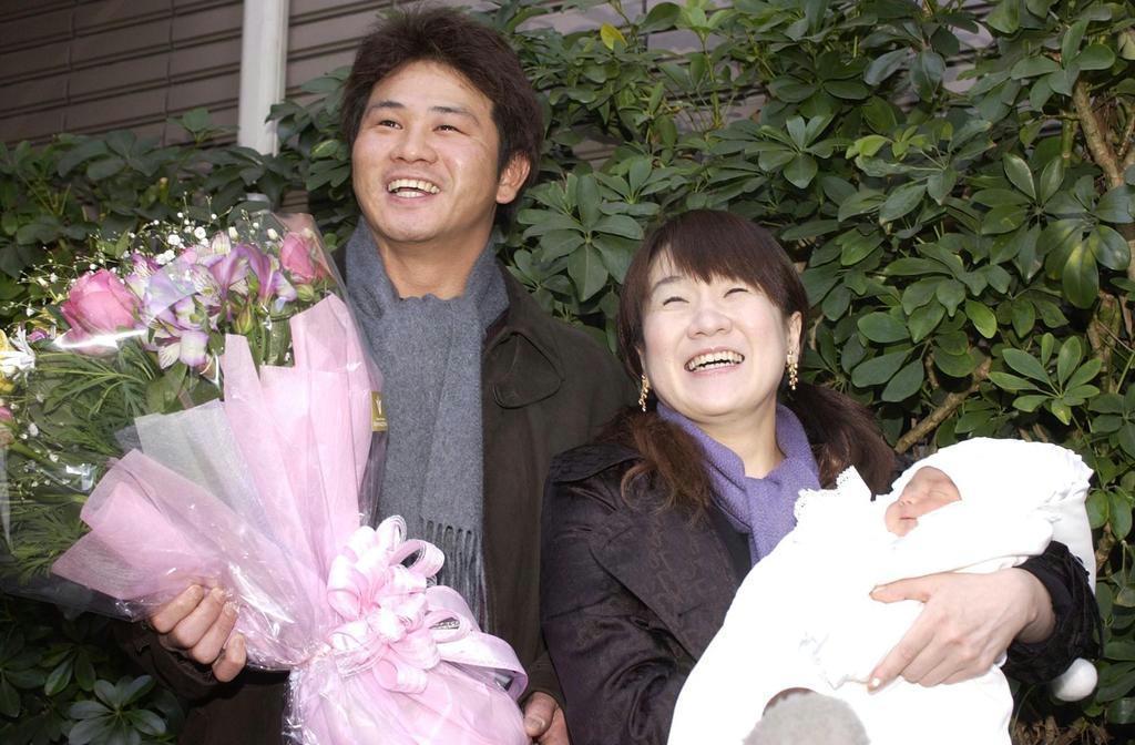 夫でプロ野球選手の佳知さんと。長男、佳亮(よしあき)ちゃんを抱きながら出産退院報告