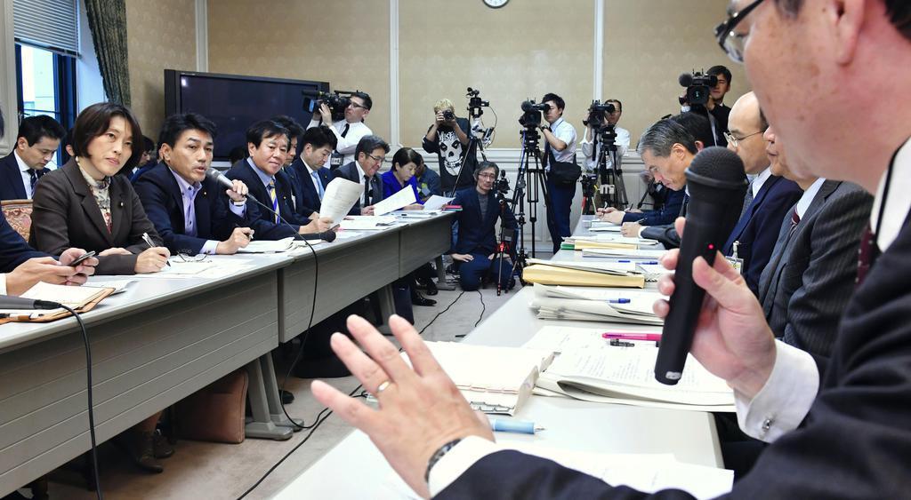「桜を見る会」追及チームの会合で、政府側出席者(右手前)から聞き取りをする野党議員ら(左側)=18日午後、国会