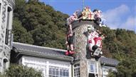 世相サンタ、今年は「令和」「ラグビー」 神戸の異人館