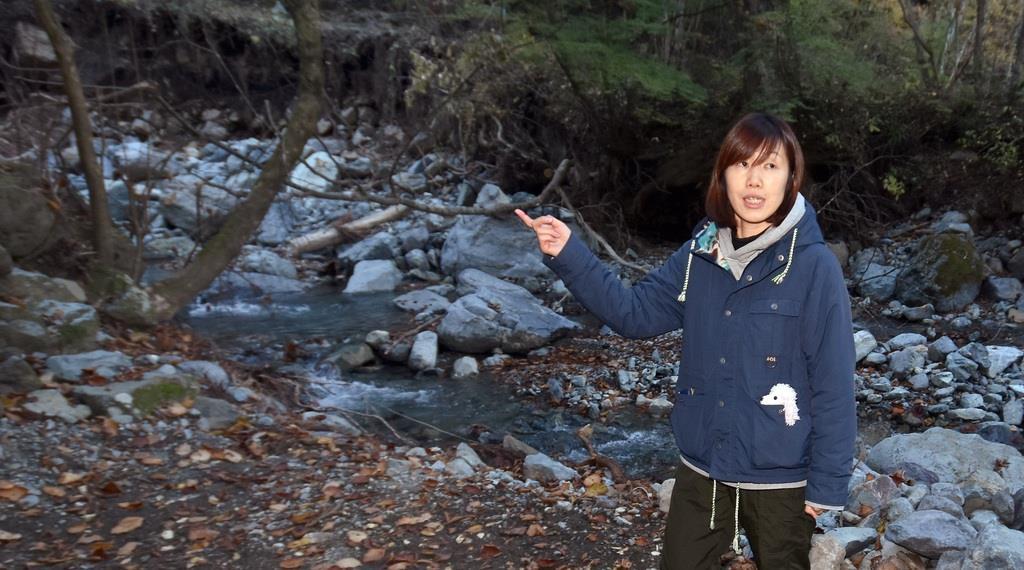 小倉美咲さんが行方不明になった現場周辺で当時の状況を説明する母のとも子さん=17日、山梨県道志村椿(渡辺浩撮影)