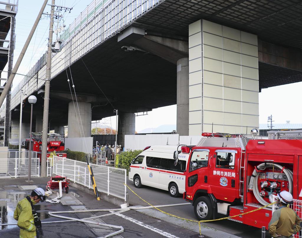 塗装工事中に火災があった東名高速道路の高架=21日午後1時10分、静岡市駿河区