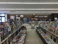コンビニ、「読者」呼び込む 新書創刊/書棚を設置/書店一体型店舗