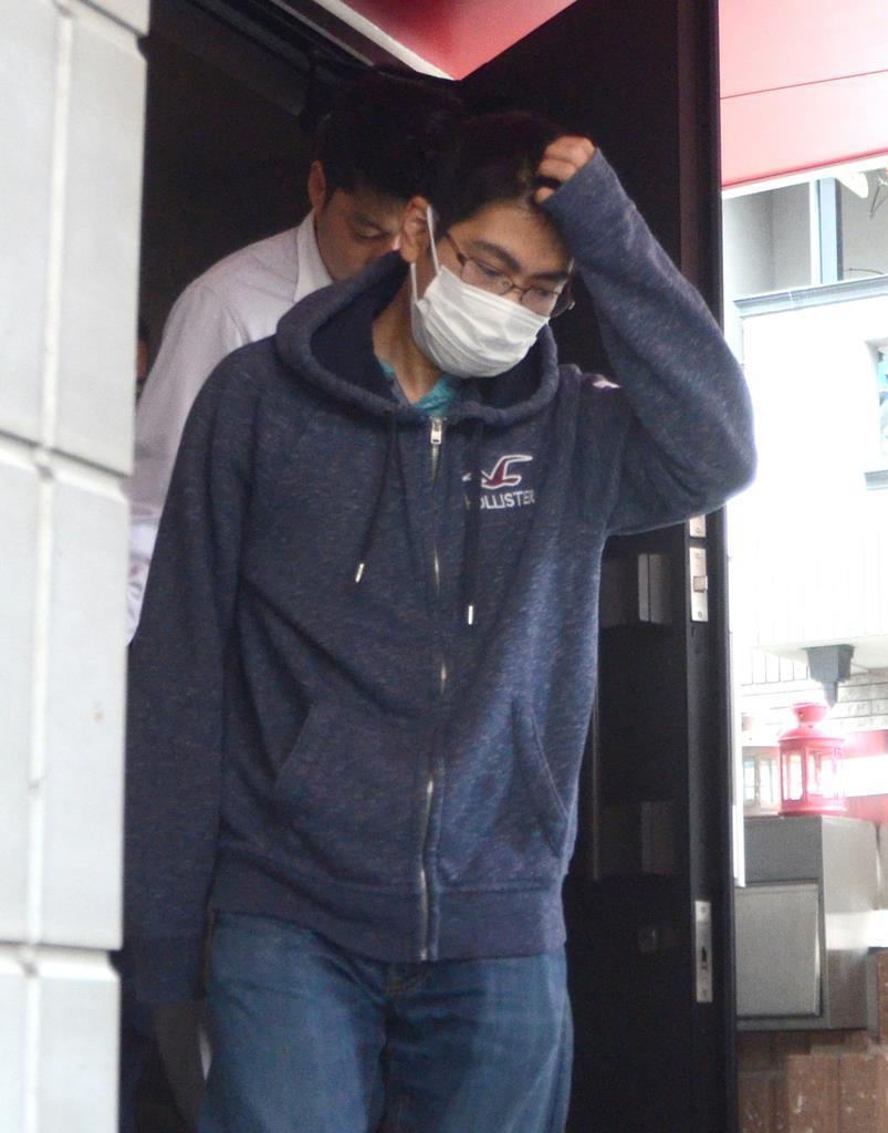 警察官に任意同行を求められ自宅を出る高橋龍嗣容疑者=6月、京都市中京区