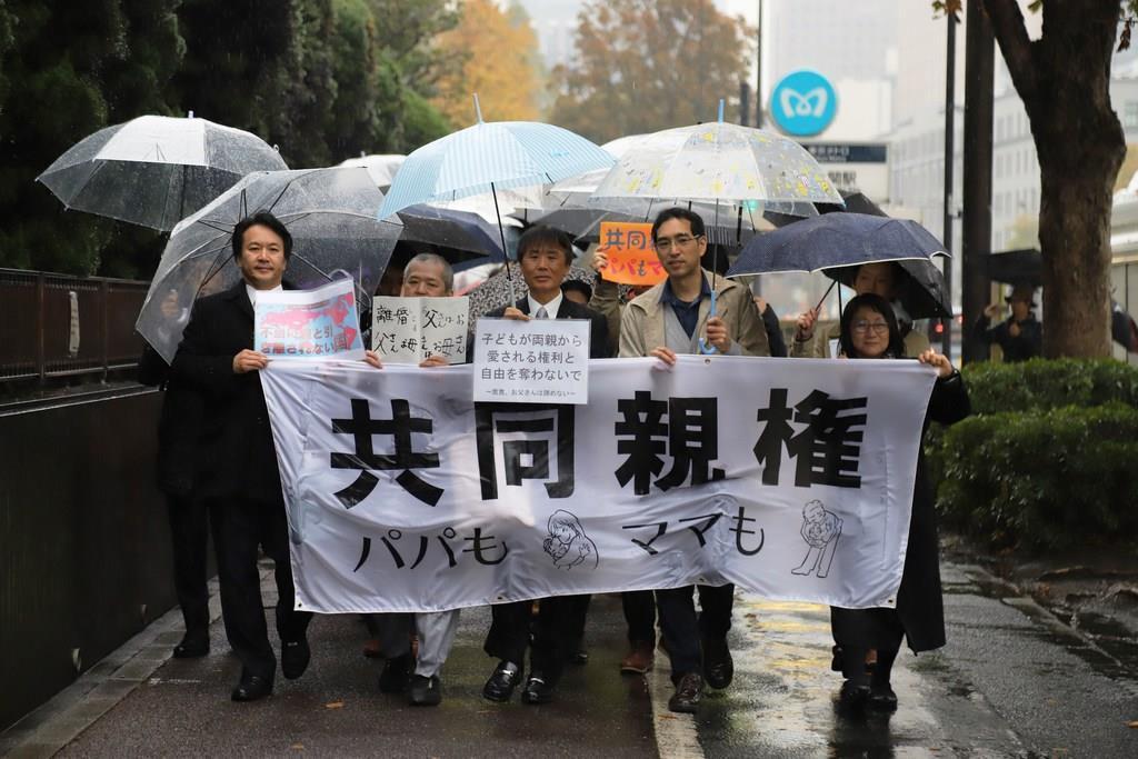 単独親権制度は違憲として東京地裁に集団提訴した原告ら=22日午後、東京・霞が関(大竹直樹撮影)