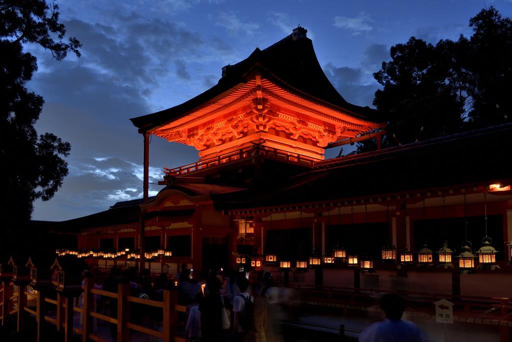 世界遺産・春日大社(奈良県奈良市)では、日本古来の光を再現(撮影:桑原英文)