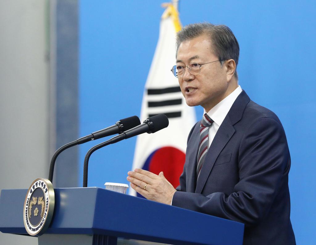 22日、韓国・天安で開かれた半導体基板材料の工場の竣工(しゅんこう)式で演説する文在寅大統領(聯合=共同)