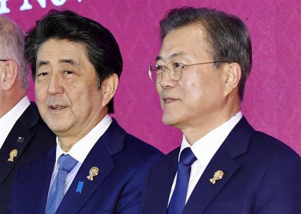 安倍晋三首相(左)と韓国の文在寅大統領(右)=バンコク郊外(共同)