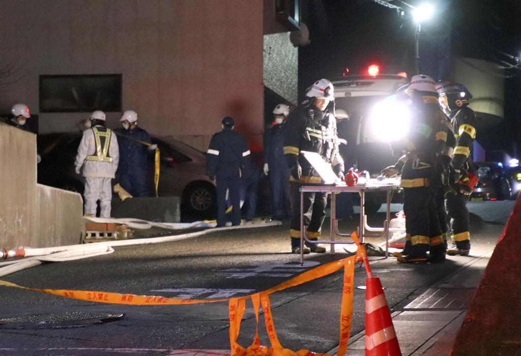 住宅火災があった現場付近で活動する消防隊員ら=22日午前3時51分、新潟市東区