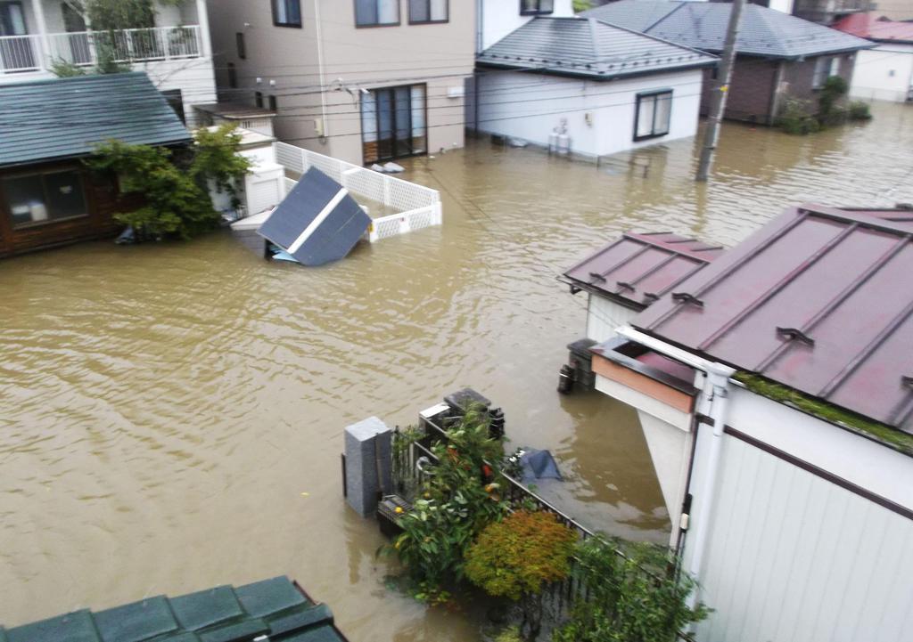 台風19号で冠水した阿部孝博さんの自宅周辺=10月13日、宮城県石巻市(阿部さん提供)