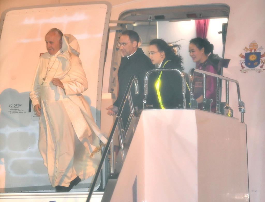 羽田空港に到着したローマ教皇=23日午後、東京都大田区(宮崎瑞穂撮影)