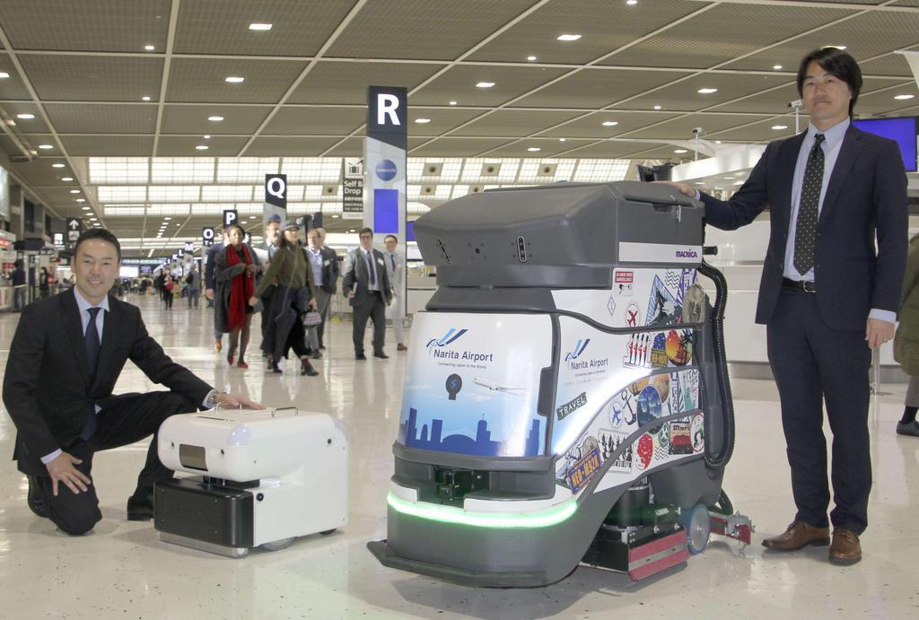 成田空港の床面清掃に導入されるカナダ製(右)と日本製のロボット=21日午後