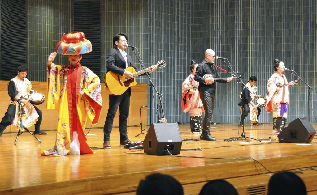 福島市で開かれた音楽祭で沖縄音楽を演奏する出演者=24日午後