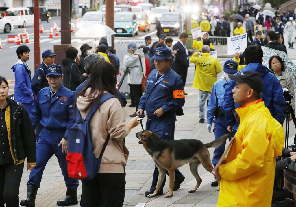 ローマ教皇フランシスコが訪れる、長崎市の爆心地公園付近を警戒する警察官=24日午前8時23分