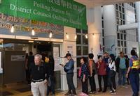 香港で地方議会選の投票開始 投票所には行列