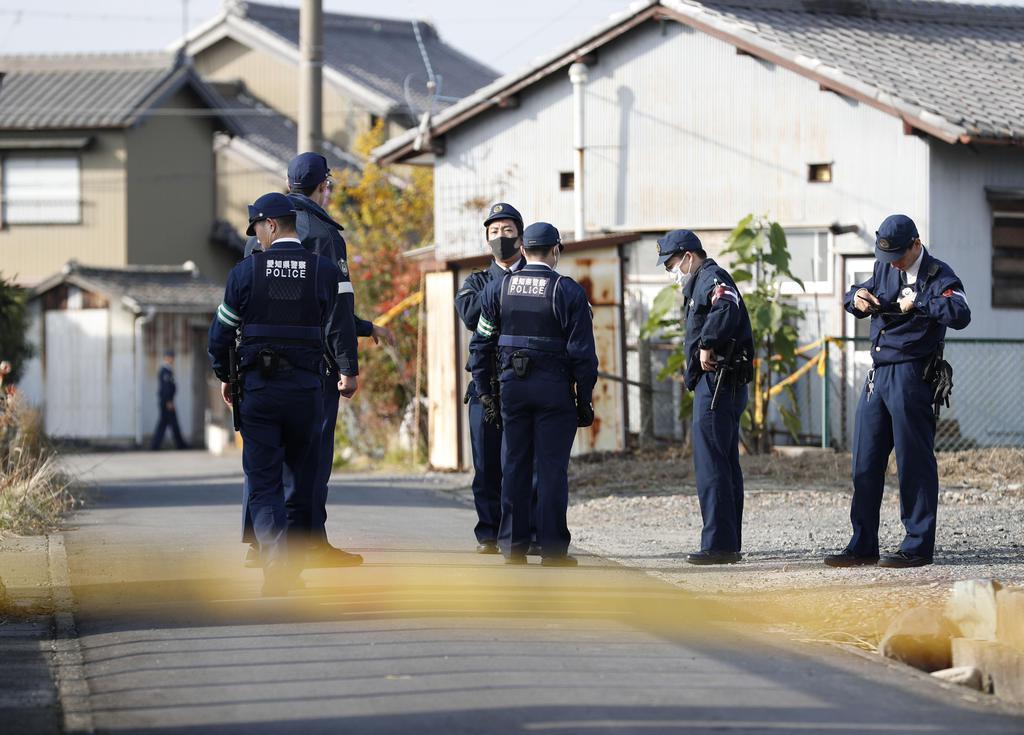 事件があった現場近くに集まった警察官=25日午前9時18分、名古屋市