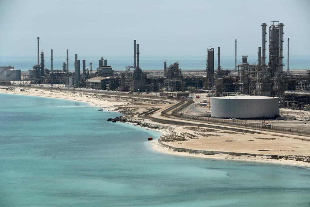 サウジアラムコの石油関連施設=2018年5月、サウジアラビア東部ラスタヌラ(ロイター)