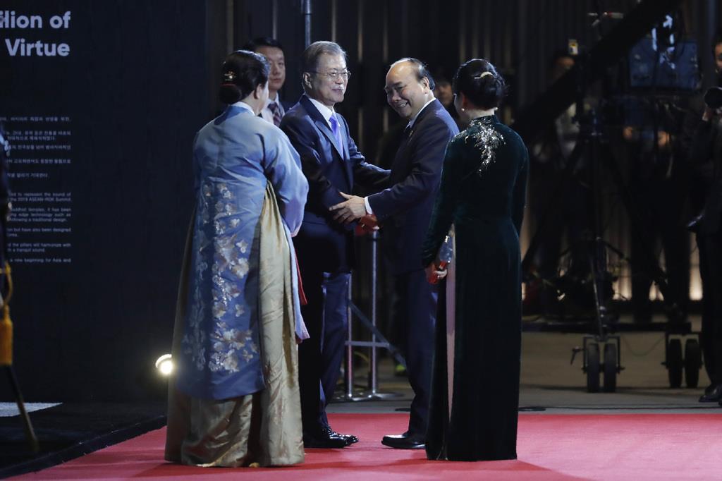 歓迎の夕食会でベトナムのグエン・スアン・フック首相夫妻を迎える韓国の文在寅大統領夫妻(左)=25日、韓国・釜山(AP)