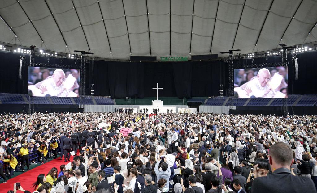 大歓声の中、ミサのため東京ドームに入場するローマ教皇フランシスコ=25日午後、東京都文京区(桐山弘太撮影)